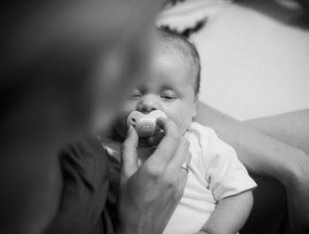 Smoczek dla noworodka: kauczukowy czy silikonowy?
